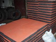 Поддоны с плиткой из резиновой крошки на производстве